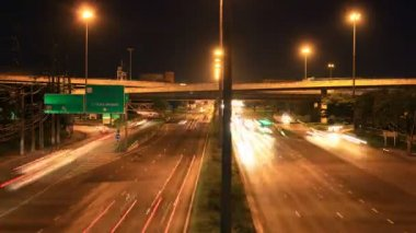 Highway traffic driving multiple lane, time lapse at dusk — Vídeo de Stock