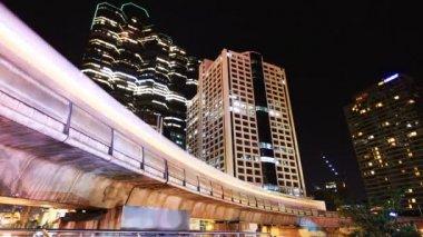 Bangkok downtown at night, Skytrain and Skyscraper — Stock Video