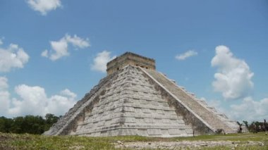 Ancient Mayan ruin of Chichen Itza — Stock Video