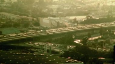 Busy freeway ramp in downtown Los Angeles at rush hour in the evening — Stock Video