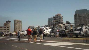 Helicópteros em midway uss — Vídeo stock