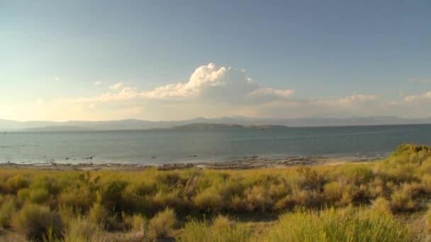 Cloudscape sobre el lago — Vídeo de stock