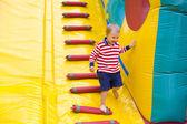 Vier-jaar-oude jongen spelen op een outdoor trampoline — Stockfoto