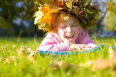 Portrait of the beautiful six-year-old girl in a wreath from aut — Stock Photo