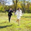 Groom pursues bride — Stock Photo