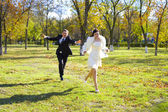 Groom pursues bride — Stock Photo