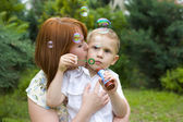 Portrait of mother and her four-year-old son outdoors — Stockfoto