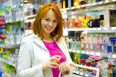 Krásná mladá žena v obchodě — Stock fotografie