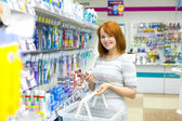 Fare acquisti nel negozio — Foto Stock