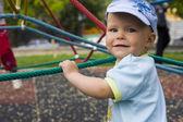 Chico en juegos infantiles — Foto de Stock