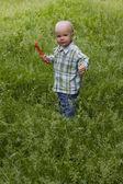 Kid in gras — Stockfoto