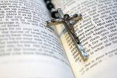 念珠和圣经 — 图库照片