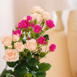 Bouquet of flowers in a room in the interior. Red and white rose — Stock Photo