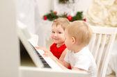 男孩和女孩在玩白色的钢琴 — 图库照片