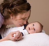 Mom communicates with baby — Stock Photo