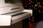 White piano in the New Year's room.  — Stock Photo