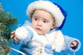 Dítě v modrém klobouku santa claus — Stock fotografie