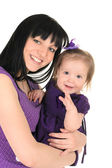 Moeder haar dochtertje knuffelen — Stockfoto