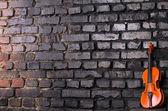 Violín sobre fondo de pared de ladrillo — Foto de Stock