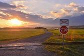 Sinal de stop ao pôr do sol — Foto Stock