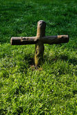 Cross in the grass — Foto Stock
