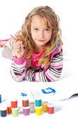 Schattig klein meisje verven op een witte achtergrond — Stockfoto
