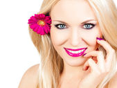 Beautiful woman with a flower in her hair — ストック写真