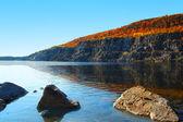 Lago e colline — Foto Stock