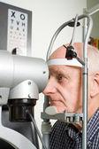 Пожилой человек, имея обследование глаз — Стоковое фото
