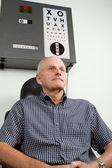 Göz muayenesi olan yaşlı bir adam — Stok fotoğraf