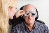 Homem mais velho ter exame oftalmológico — Fotografia Stock