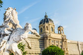 Beautiful view of famous Naturhistorisches Museum (Natural History Museum) with park and sculpture — Stock Photo