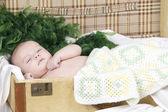 Baby liegen in einem koffer — Stockfoto