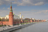 Kind to the Moscow Kremlin, Grand Kremlin Palace, Cathedrals and quay Moskva River. — Stock Photo