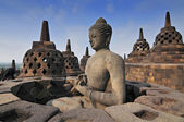 ступы и статуя будды в храм боробудур, индонезия джокьякарта. — Стоковое фото