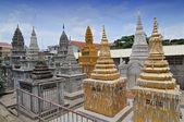 Buddhist temple and stupas in Phnom Penh, Cambodia — Stock Photo