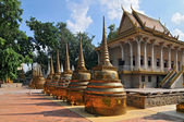 Cambodia, Phnom Penh, Golden stupas of a Wat in the sunlight, Phnom Penh — Stock Photo