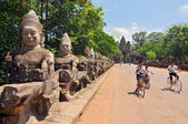 Giants Buddha Statues in Front South Gate of Angkor Tom — Stockfoto