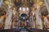 Interieur der Kirche St. Nikolaus auf der Kleinseite in Prag, Tschechische Republik. — Stockfoto