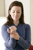 TAKING A WOMAN'S PULSE — Stock Photo