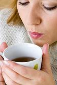 женщина с горячим напитком — Стоковое фото