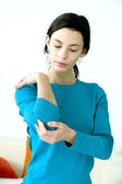 ELBOW PAIN IN A WOMAN — 图库照片