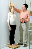MEASURING HEIGHT, ELDERLY PERSON — Stock Photo