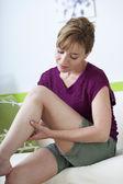 Dolor en las piernas de una mujer — Foto de Stock