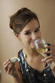 Mujer que bebe — Foto de Stock
