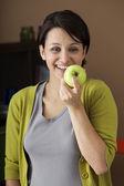 Kvinna äta frukt — Stockfoto