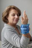 Persona de edad avanzada de terapia de frío — Foto de Stock