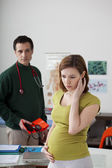 Gravid kvinna i samråd — Stockfoto