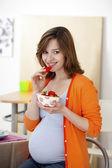 妊娠中の女性を食べる — ストック写真