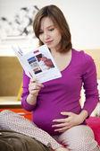 妊娠中の女性屋内 — ストック写真